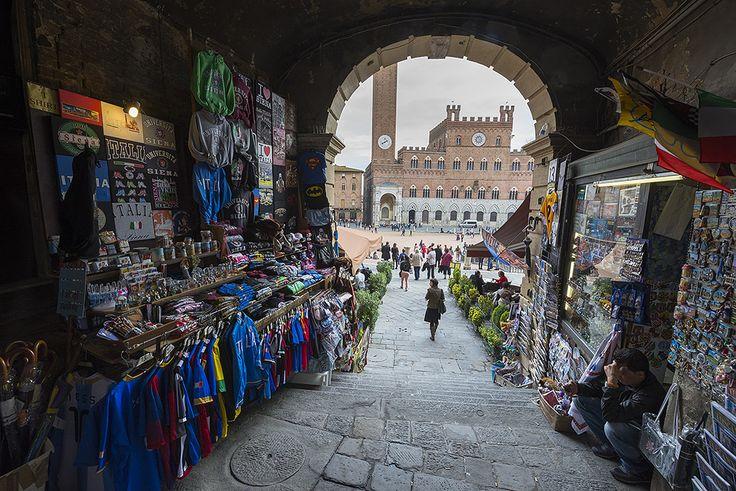 Verso Piazza del Campo - Foto di Fabio Villa su MaxArtis - http://www.maxartis.it/showphoto.php?photo=227735 - #Siena #Toscana #PiazzaDelCampo