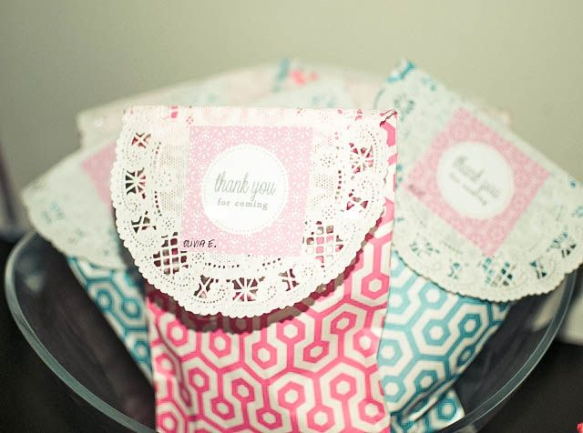 Favor treat bags closed with doillies for a Tea Party taken from blog shop sweet lulu