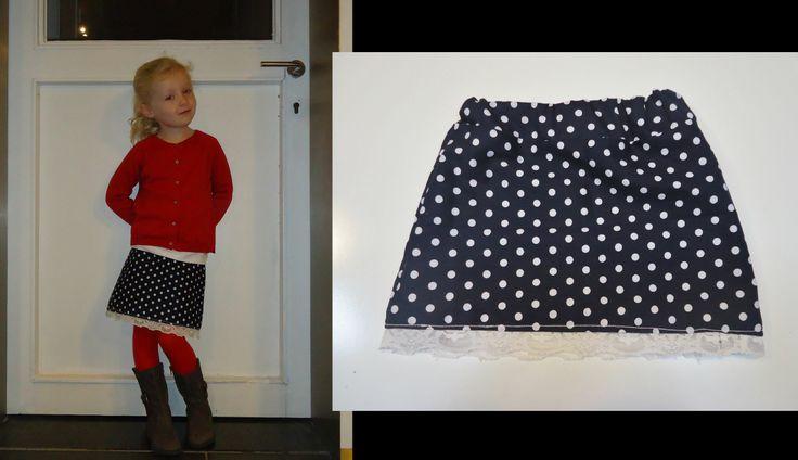DIY rokje donker blauw met witte bolletjes en randje wit kant (onderdeeltjes van oude nachtkleedjes v grootmoeder)