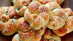 Φανταστικά, αφράτα ψωμάκια γεμιστά με ελιές (ελιόψωμα) σαν τσουρεκάκια.