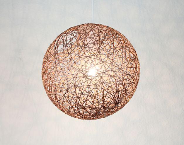 Stimmungsvolle Hängelampe aus Naturfaser in Bronze (0,5 mm stark). Die Hängelampe wird mit einer Deckenlampenfassung E27/max 40W ohne Leuchtmittel geliefert. Da die Lampe handgefertigt ist, können...