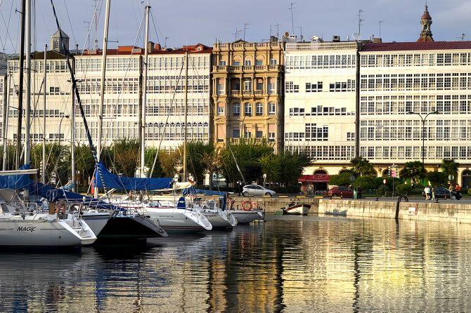 Galerías en la Dársena, La Coruña, Galicia, España
