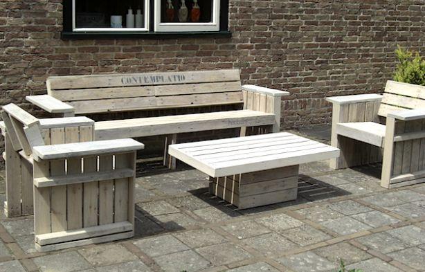 """Grote bank, twee stoelen en tafel van pallethout. De set is door de klant """"contemplatio"""" genoemd"""