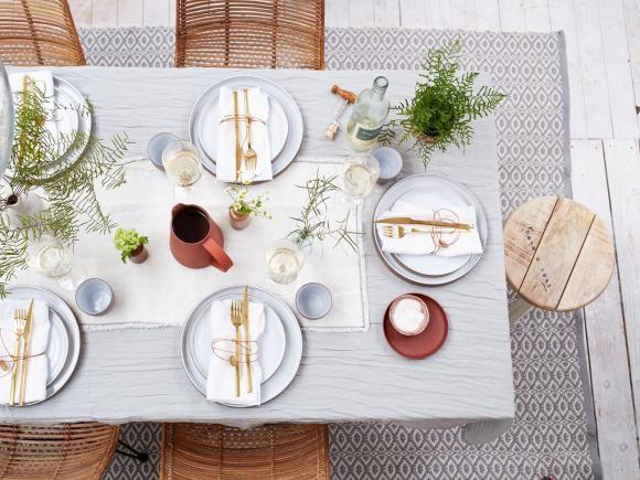 Gedeckter Tisch im neuen Landlook: Keramik, Holz und Leinen