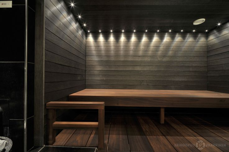 Tummasävyinen sauna tyylikkäästä leveästä Amerikan Tulipuusta. #sauna #lauteet #erikoispuuparkkinen #saunabenches