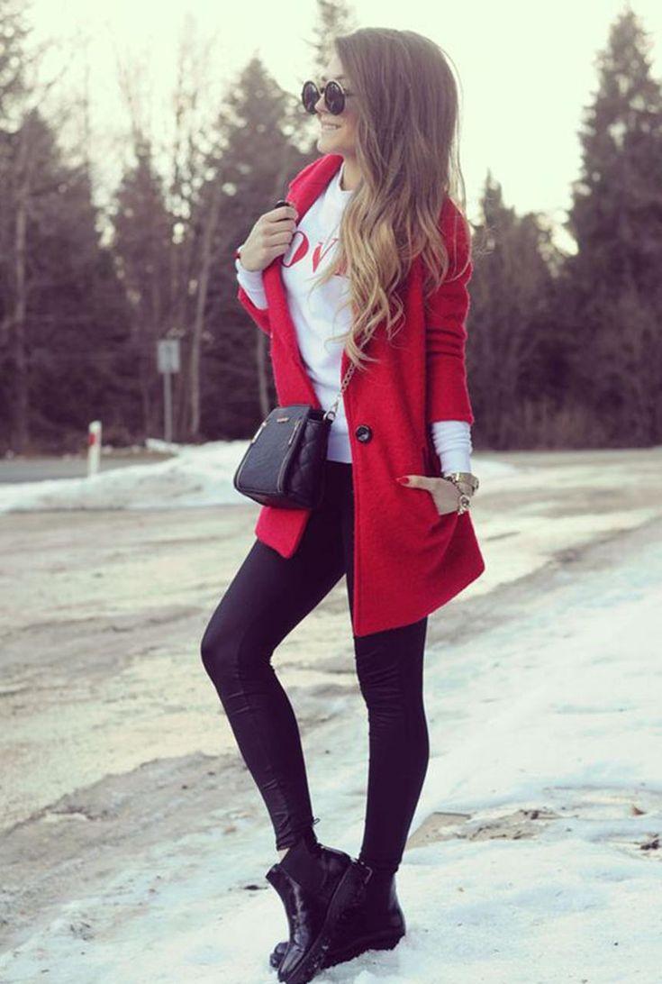 Conjunto abrigo rojo, sudadera blanca, pantalones negros, botas negras, bandolera negra y gafas negras #misconjuntos #conjuntomoda #modafemenina #ropamujer #modainvierno #combinarropa