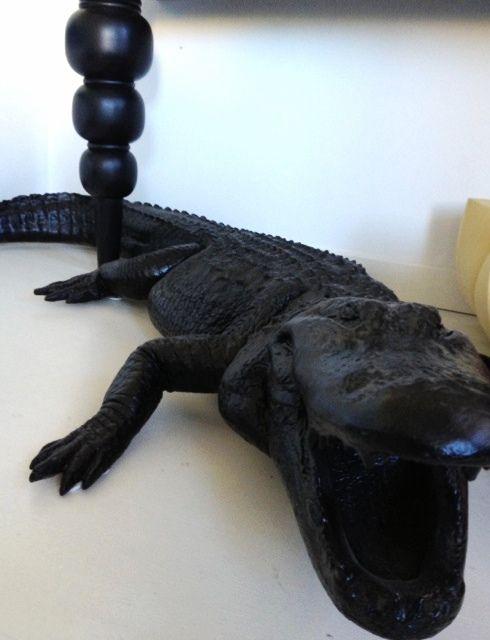 My friends condo; the entrance and crocodile http://www.loveandrespect.se/det-har-med-hall-och-badrum/