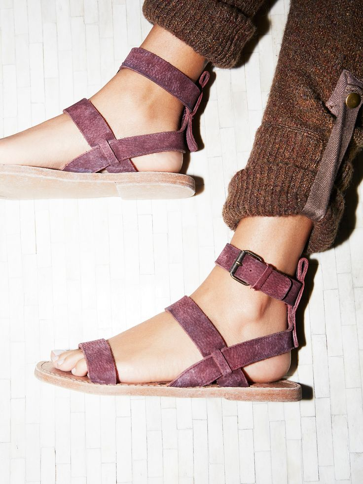 Crossfire Sandal | Essential leather sandal featuring an adjustable ankle strap.