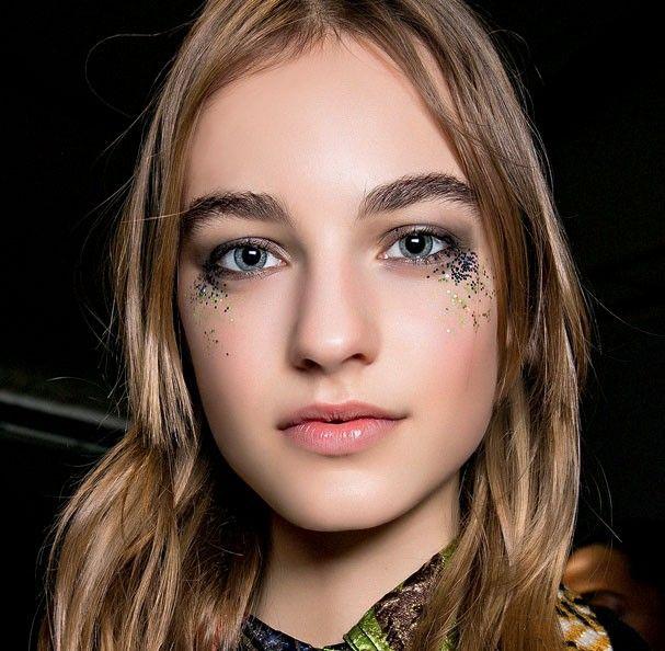 Glitter tears é a nova tendência de maquiagem com foco no olhar