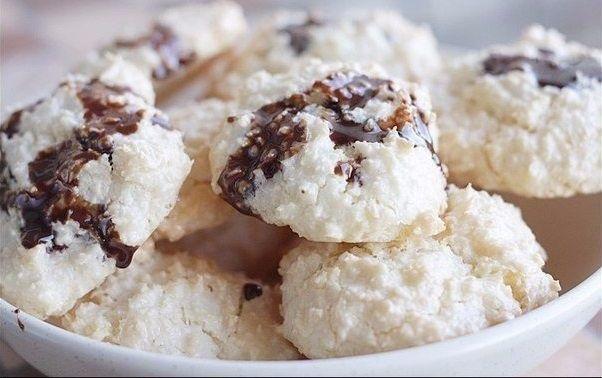 Вы наверняка хотя бы раз в жизни пробовали кокосовое печенье. Это очень нежный и вкусный десерт. Нотки кокоса придают обычному печенью оригинальности и пикантности. К тому же, кокос очень полезен, так как в нем содержатся витамины группы В, а также витамины С и Е. Поэтому десерты с кокосом несут определенную пользу вашему организму и организму ваших близких. Предлагаем вам очень простой рецепт кокосового печенья, которое готовится всего из 5 ингредиентов. Вам понадобятся: 120 г кокосовой…