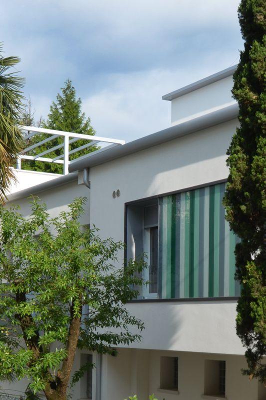 #Restauri e ristrutturazioni - #Riqualificazione #abitazione unifamigliare - #Treviso: scorcio particolare rivestimento in vetro colorato fra serramenti e pompeiana metallica su tetto piano.