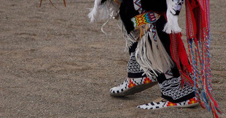 Como fazer mocassins cherokee . Mocassins, uma parte histórica da vestimenta dos nativos americanos, ainda hoje serve como calçados confortáveis e fáceis de fazer. Eles possuem uma costura característica pela extensão da parte superior do pé, o que os tornam facilmente distinguíveis dos estilos de outras tribos. Você pode fazer o seu próprio mocassim cherokee com um padrão ...