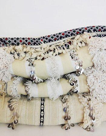 Tradizionalmente l'handira è la coperta nuziale realizzata a mano dalle donne berbere dell' Alto Atlante in Marocco come dono di famiglia per la sposa per augurarle felicità, fertilità, protezione contro il male. Le handira sono tessute in lana e cotone e decorate con motivi geometrici, fasce di pelo o frange e, come tocco finale, con paillettes in metallo, che scintillano ed emettono un dolce suono. Magnifiche non solo come copriletti, ma anche come tappeti #HomeDecor #WeddingBlanket #boho