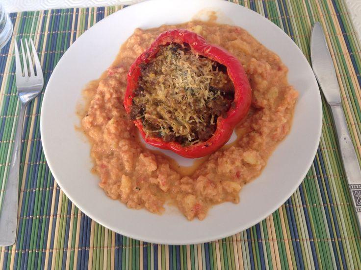 Avondeten dag 2 - 16-05-14 - gevulde rode paprika met curry gehakt en aubergine met daaroverheen gesmolten Parmezaanse kaas  daarbij een mousse van gebakken tomaten, courgette en pesto.