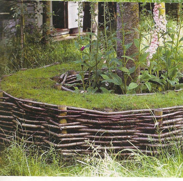 Natuurlijke boombank van wilgentenen en gras als kussentje.
