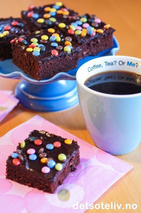"""Coffee, Tea? Or Me? ;) Jeg ble tipset om denne oppskriften av en leser av Det søte liv rett før jul. Hun heter Marianne, ogskrev til meg at hun tviler på at hun noengang kommer til å finne noen bedre langpannekakeoppskrift enn denne! Deigen til """"Kjelesjokoladekake"""" røres sammen i en stor kjele. Enkel kake årøre sammenmed andre ord, og resultatet er en usedvanlig saftig sjokoladekake. Den er ypperligå lage 2-3 dager før servering, og er også fin å fryse med glasur. Jeg ble selv meget…"""