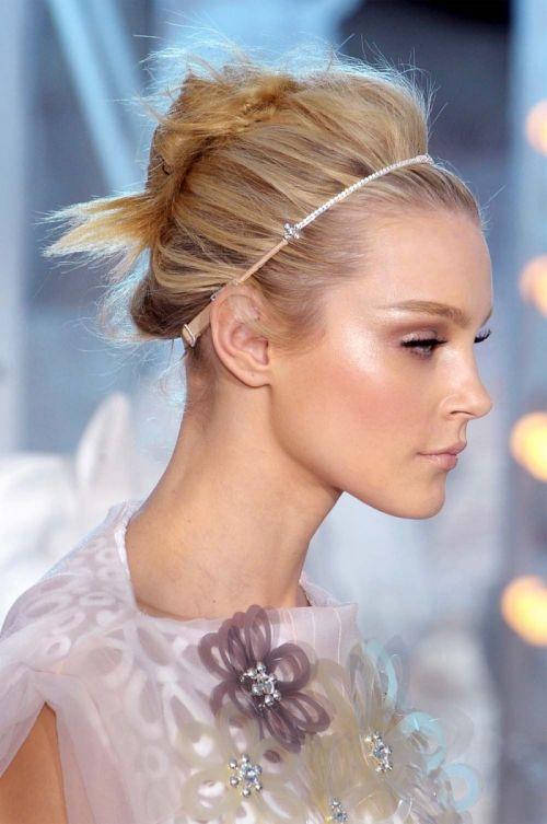 półdługie włosy natapirowane i upięte ozdobiono opaską z kryształkami.