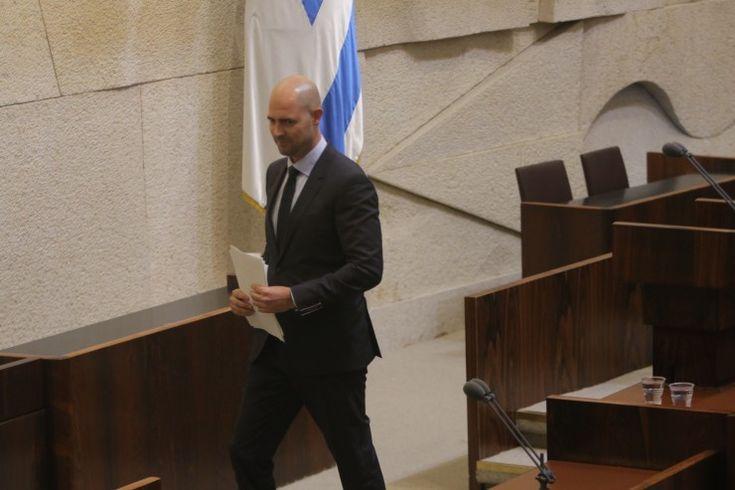O primeiro político abertamente homossexual de Israel, Amir Ohanah, foi empossado no início da semana como membro do Knesset (parlamento israelense). Amir é membro do partido Likud de Netanyahu e era o próximo na lista do partido para entrar no Knesset se algum colega tivesse que ser substituído. A substituição veio na seqüência de uma…