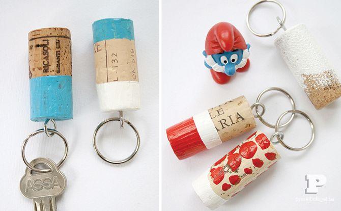 Har ni svårt att hitta era nycklar ibland? Det har vi. Problemet löser vi med nya fina nyckelringar – av vinkorkar! Dagens pyssel är kort och snabbt. Häng med! Ni behöver vinkorkar, hobbyfärg, penslar och skruvöglor. 1. Börja med att måla korkarna. Vi använder lite maskeringstejp för att få fina raka kanter. 2. När korkarna(...)