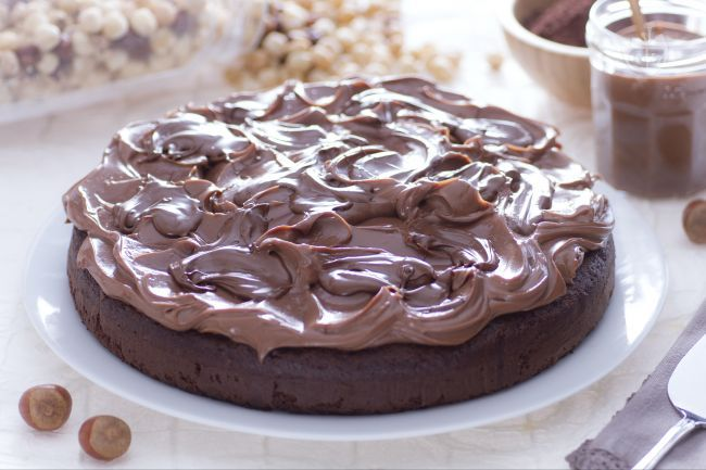 La torta alla Nutella è un dolce goloso realizzato con un pan di spagna al caco e una crema al mascarpone e Nutella.