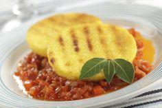 """750g vous propose la recette """"Galettes de polenta et compotée de légumes parfumée"""" publiée par 750 grammes."""