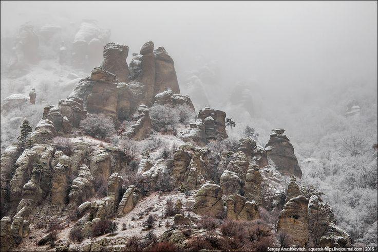 """Долина Привидений - это одно из наиболее красивых и впечатляющих мест Крыма.  Ее не зря называют именно так. Осенью и зимой здесь часто """"ходят"""" густые туманы, из которых время от времени выступают огромные каменные столбы-фаллосы, словно фантастические привидения. Погода в долине подвержена каким-то мистическим метаморфозам, имея свойство меняться столь резко, что просто диву даешься."""