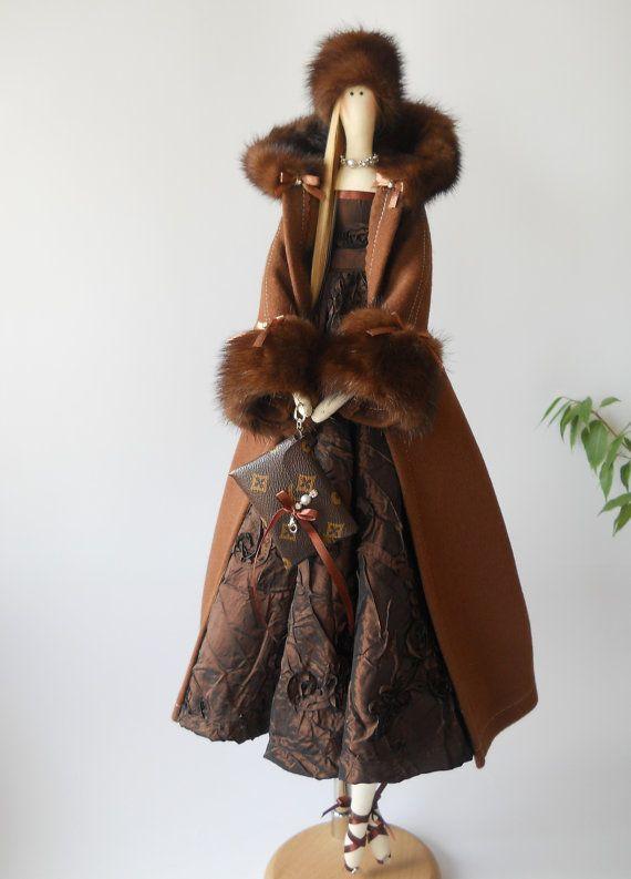 Muñeca Tilda de OOAK Jesica es 25 pulgadas (65 cm) alto.  Ella lleva abrigo de pelo de camello con vestido de encaje y piel. El pelo está hecho de pelos artificiales, y el bolso está hecha de cuero artificial  Esta encantadora muñeca puede decorar su casa o ser un excelente regalo. Cada muñeca es única.  Se llena con relleno de fibra poliester hipoalérgico (como perla).