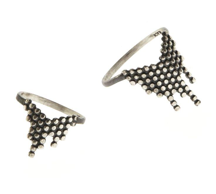 Maria Black Cascade ring i oxideret sølv. En rigtig flot og stilet ring, der kan bæres til enhver lejlighed. Designet med de geometriske figurer er ét af Maria Black smykkernes kendetegn. #mariablack #cascadering #mariablackjewellery