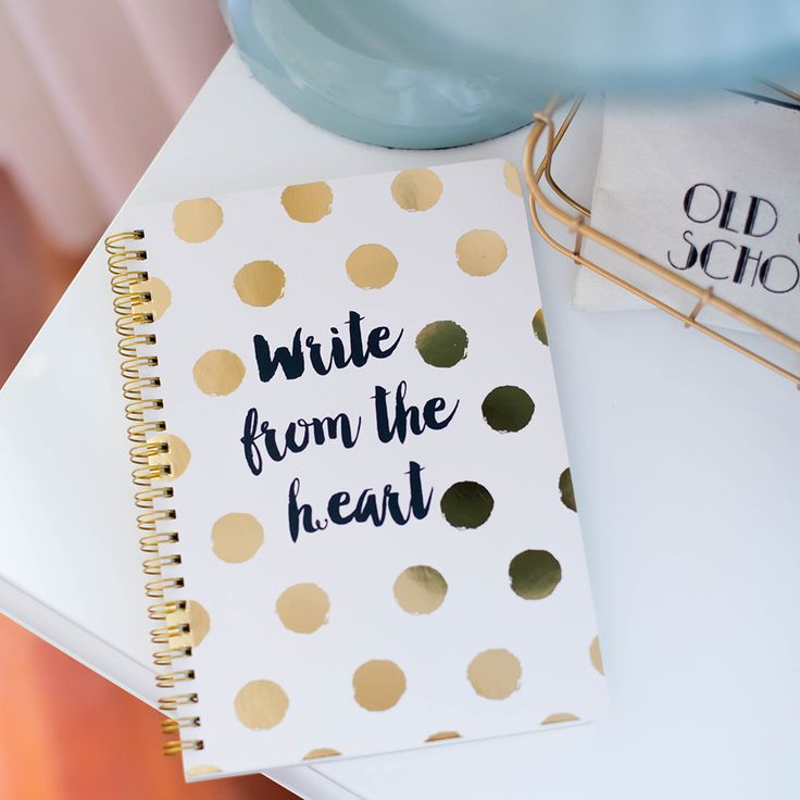 Notebook con spirale e fogli a righe.Ha una copertina in cartoncino rigido ed una taschina interna porta tutto.Perfetto per gli appunti di lavoro e per scrivere tutte le idee e schizzi che ci vengono in mente.Misure (approx) 155x210mm