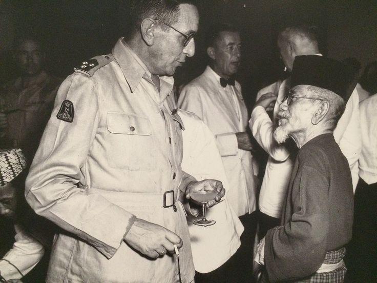 Agus Salim berbincang dengan salah satu pembesar KNIL pada resepsi pembubaran tentara kerajaan Hindia Belanda, Jakarta 25 Juli 2950. (Koleksi Museum Bronbeek).