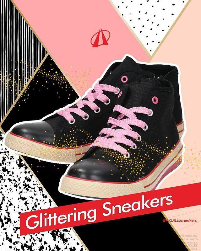 Yuk buat sneakers kita bling-bling! Bahan: sepasang sneakers, mod podge (jenis lem), glitter, kuas, cat aerosol (kaleng) warna clear, koran, foil & selotip. Cara:Oleskan lapisan tipis mod podge dengan kuas ke sneakers hingga merata. Taburi glitter, lalu goyang sneakers dengan lembut agar serpihan glitter merata. Ulangi taburan glitter hingga menutupi bagian yang kamu inginkan. Diamkan hingga kering. Terakhir beri cat semprot clear untuk memperkuat tempelan glitter. www.ardilessneakers.com