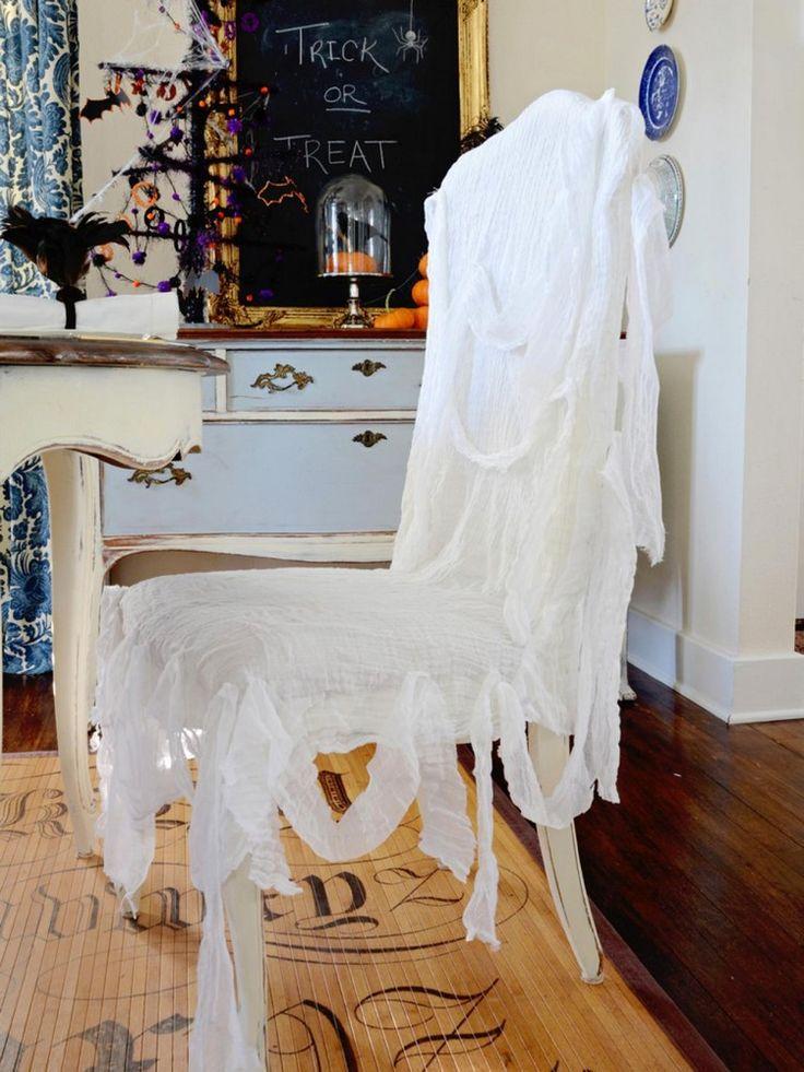 Stuhl mit Seihtuch verkleiden und gespenstisch wirken lassen