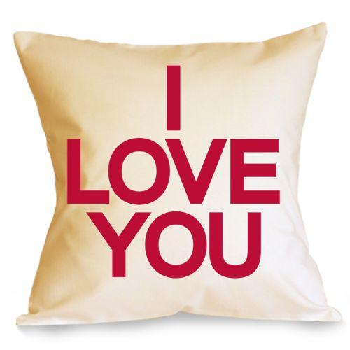 """Perna I love you    Perna pentru indragostiti, cu mesajul """"I love you"""", declaratie de dragoste pe care oricine o intelege.  Perna este umpluta cu fibre de poliester, iar fata de perna este din bumbac 100%.  Dimensiune: 40 x 40 cm"""
