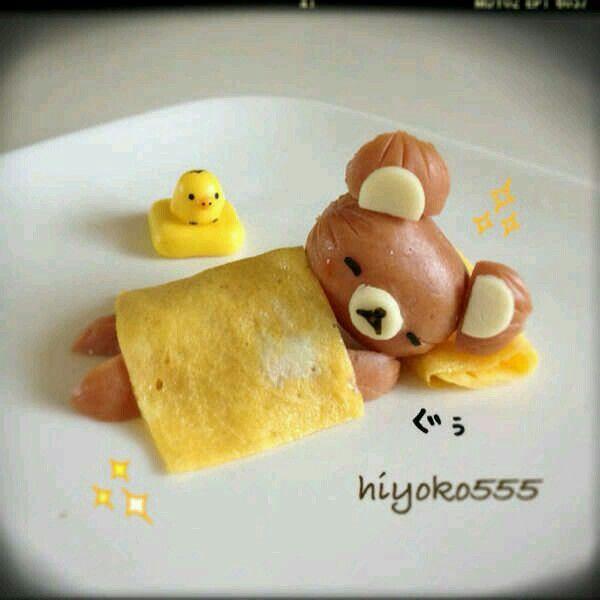 Schattig slapend beertje van ei, worstjes en kaas
