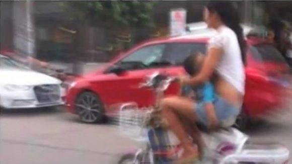 Arrêtée par la police pour allaitement en mobylette - http://www.2tout2rien.fr/arretee-par-la-police-pour-allaitement-en-mobylette/