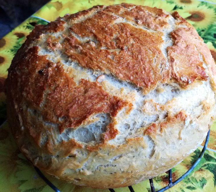 Pyszny chrupiący chleb pszenno-żytni z ziarnami słonecznika, dyni i kminkiem. Bez zakwasu, na świeżych drożdżach jednak równie dobry. Szybko się go robi, pięknie wyrasta i można go długo przechowywać. Cały dom pachnący chlebem..