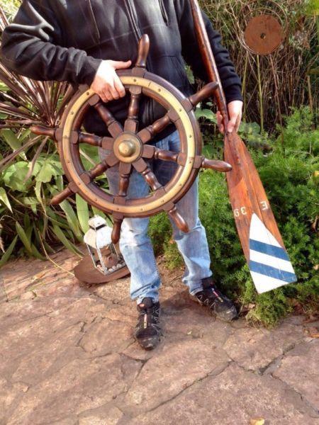 Timón de barco antiguo en madera y bronce, completa el lote un remo de colección antiguo.
