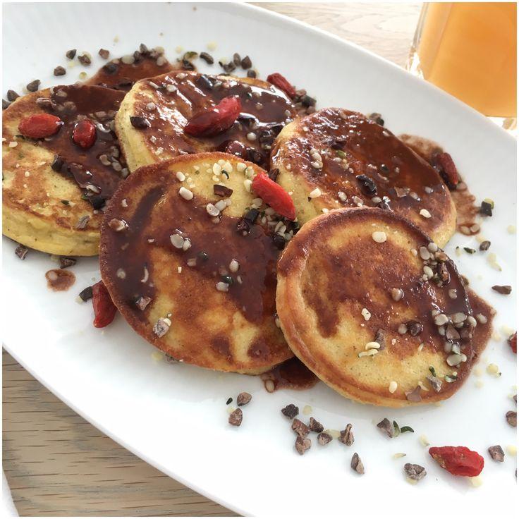 I dag er det årets pandekage dag og det fejrede vi allerede i weekenden med disse små proteinfyldte pandekager med en lækker chokoladesauce.