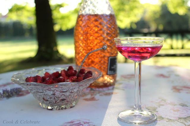 Szampan z likierem różanym oraz poziomkami