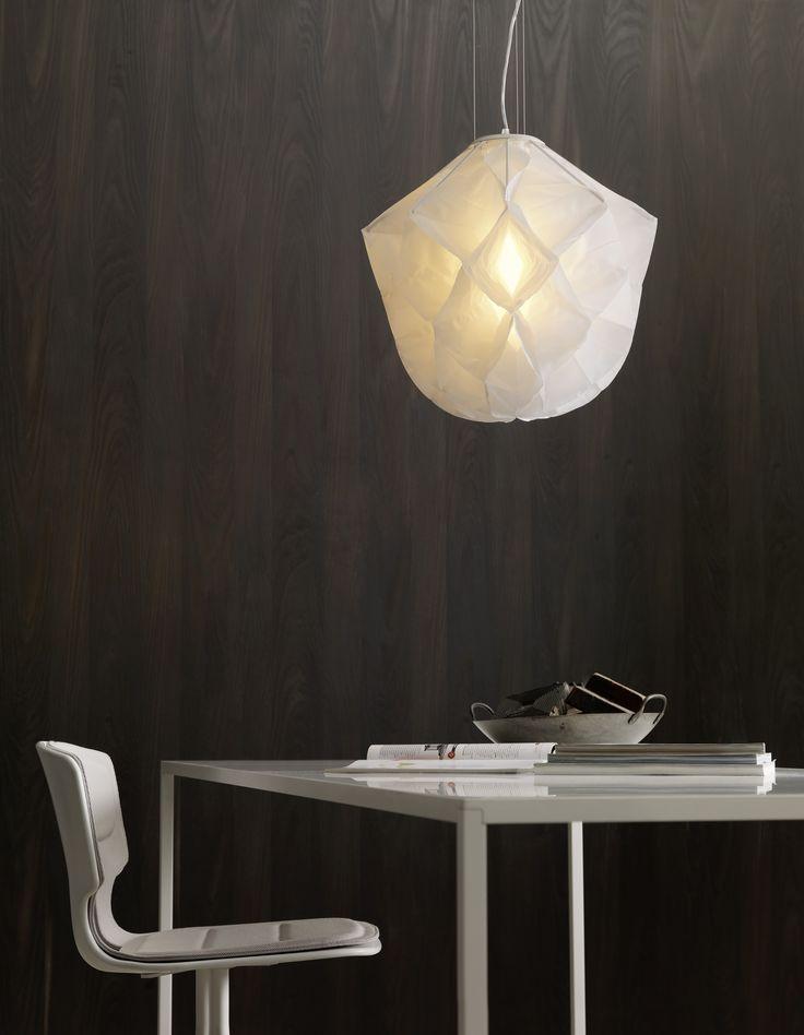 Jetzt bei Desigano.com Albedo Hängeleuchte klein Leuchten, Hängeleuchten von FontanaArte ab Euro 506,00 € Pendelleuchte. Diffusor aus weißem Stoff, maschinenwaschbar. Metallstruktur. Diffuse Beleuchtung. Stahlseil zum Aufhängen. Transparentes Netzkabel. Weißer Deckenbaldachin. Pendelleuchte mit starkem Effekt, die auf poetische Weise die Form einer wunderschönen Blume reproduziert. Leicht und immateriell, hat Albedo eine elegante und raffinierte Form. Der Stoffdiffusor wird lasergeschnitten…