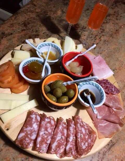 Cena fredda con affettati e formaggi