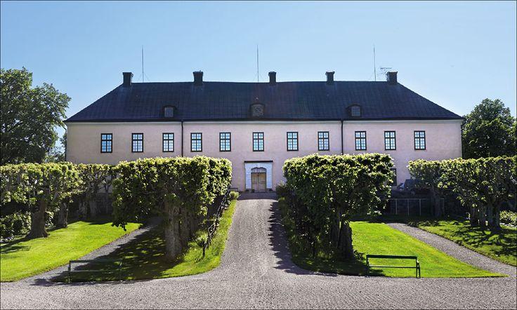 Grönsöö är ett av Sveriges största privata slott från början av 1600-talet. Här finns en fin samling av svenskt konsthantver. Jacob och Elisabet von Ehrenheim bjuder in Gods & Gårdar på ett besök.