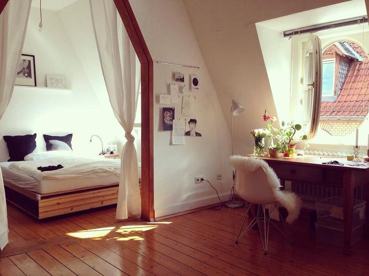 Tolle Raumaufteilung: Gemütliche Schlafecke mit Vorhängen und Teilzimmer als Homeoffice #Raumaufteilung #Arbeitszimmer #Heidelberg