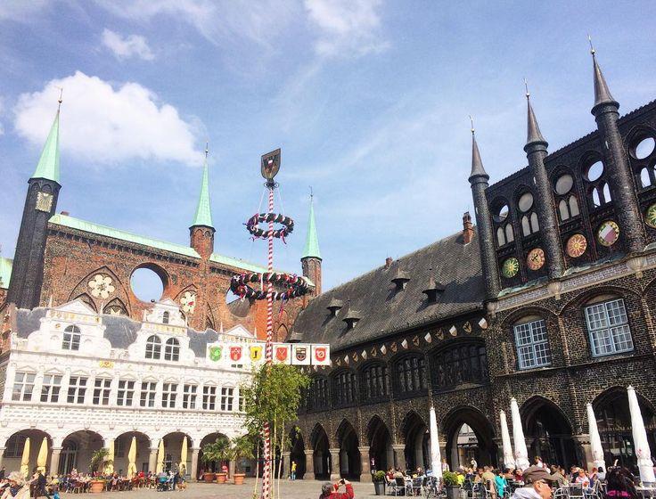 Главная площадь города, на которой находится Ратуша с очень интересной архитектурой. #Lübeck #Germany #Europe #trip #travel #voyage #beauty #beautiful #lovely #city #spring #nature #fun #sky #river #view #vsco #vscocam #love #amazing #tour #tourist #tourism #spring #square http://tipsrazzi.com/ipost/1505370877758409110/?code=BTkJtZoAgmW