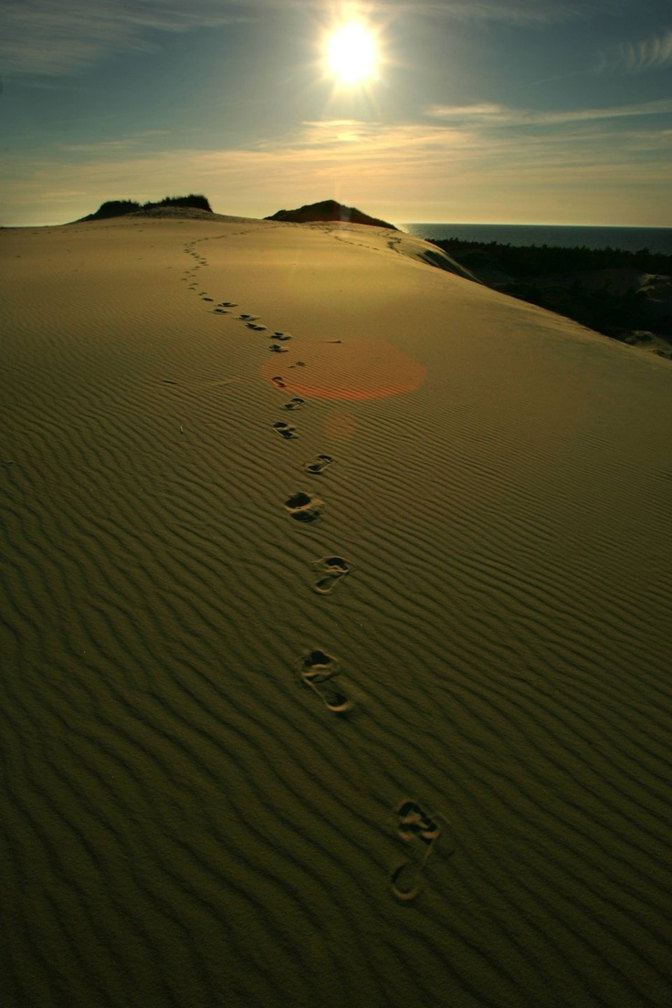 Słowiński Park Narodowy/ Ruchome Wydmy w Czołpinie / Park ruchomych wydm na Pomorzu miejscami przypomina Saharę. Olbrzymie góry piasku formowały się tu przez wiele tysięcy lat. Proces tworzenia wydm trwa nieustannie. Park ma 35 km długości i obejmuje również torfowiska, jeziora i lasy. Od 1977 r. znajduje się na liście UNESCO jako Rezerwat Biosfery / fot. Damian Kramski / Agencja Gazeta
