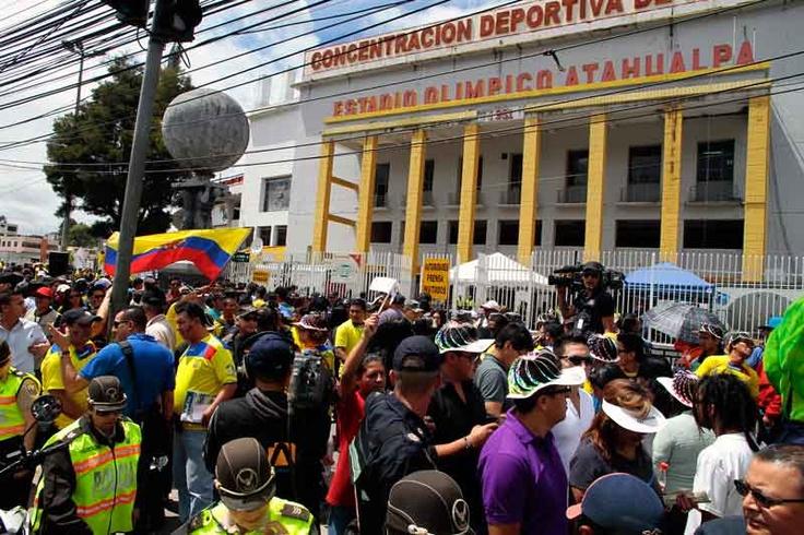 Miles de hinchas se congregan en los exteriores del Estadio Olímpico Atahualpa.