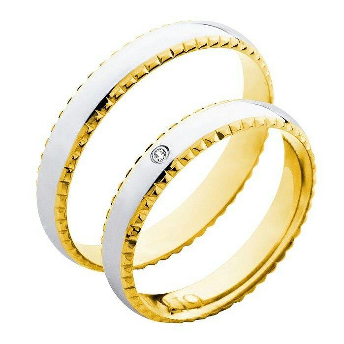 Kaksiväriset kihlasormukset, myös timanteilla. Bicolor engagement rings, also available with diamonds.