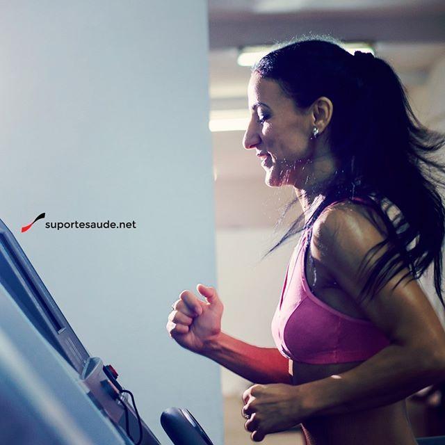 Protocolo HIIT e Corrida Continua - Qual a diferença?  HIIT é a abreviação de High Intensity Interval Training, termo inglês para Treino Intervalado de Alta Intensidade. Conforme o nome indica, o HIIT envolve exercícios aeróbicos realizados em máxima intensidade por um curto período de tempo intercalados com momentos de descanso.  Você pode fazer HIIT com praticamente qualquer tipo de exercício: corrida, bike (normal ou ergométrica), natação, remada, batendo no saco de pancadas e flexões…