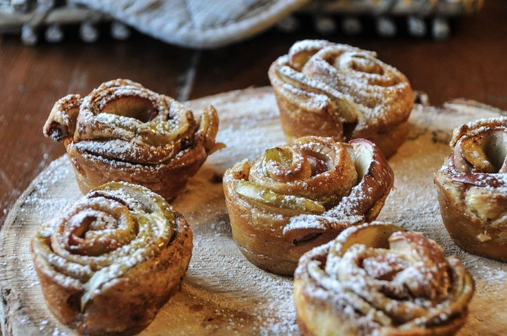 Μηλοπιτάκια σε σχήμα τριαντάφυλλου από τον Άκη Πετρετζίκη. Φτιάξτε απίθανα μηλοπιτάκια και απολαύστε τα όλες τις ώρες. Τόσο νόστιμα και τραγανά. Καλή απόλαυση.