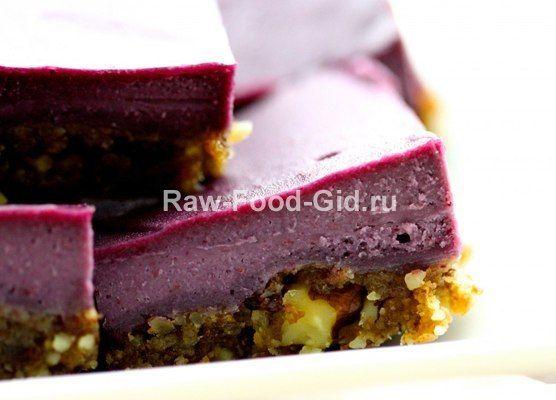 Простой рецепт десерта из черники. Пирог состоит из коржа (грецкие орехи, финики) и чизкейка (черника, кешью, кленовый сироп, кокосовое масло). Еще одно преимущество данного рецепта – доступные ингредиенты.